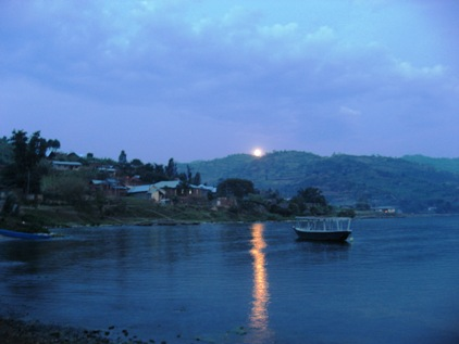 Lua no Lago kivu
