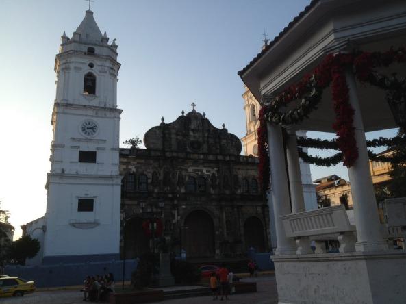 Igreja no Casco Viejo com o coreto da praça