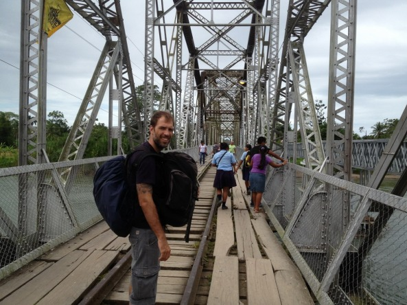 Atravessando a ponte para a Costa Rica (carregando a mochila da Bibi também!)