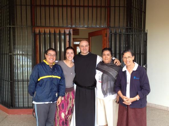 Bibi com as missionárias e o padre