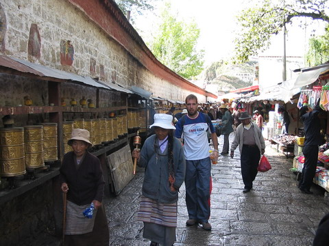 Caminhando pelas ruas de Lhasa