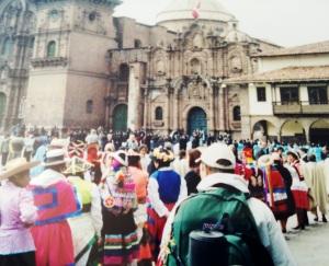 Chegando em Cusco. A mesma mochila me acompanha até hoje!