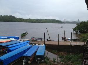 Barcos em Oiapoque, com a nova ponte pronta ao fundo, mas não funcionando.