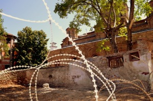 Igrejas destruídas e protegidas com arame farpado