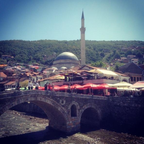 Ponte de pedra com a mesquita ao fundo