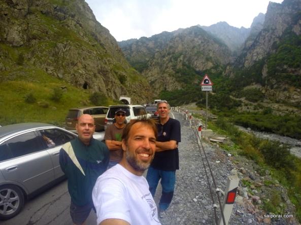 """A equipe! Agora parados em um congestionamento na """"terra de ninguém"""", entre Ossétia (Rússia) e Geórgia"""