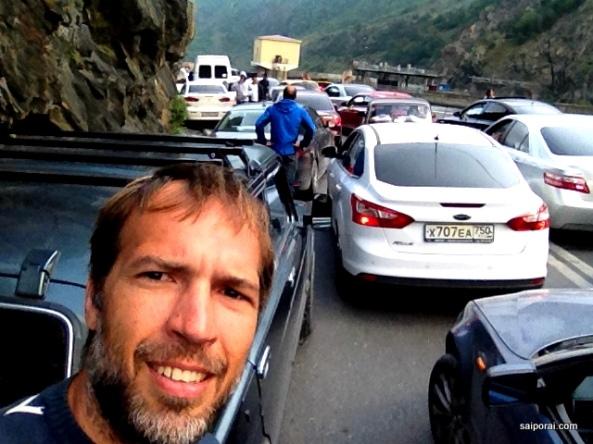 Estrada congestionada nas duas pistas