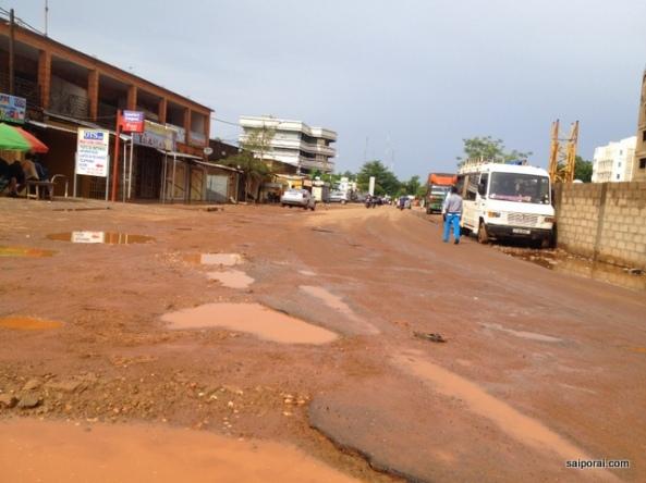 Ruas esburacadas e cidade espalhada