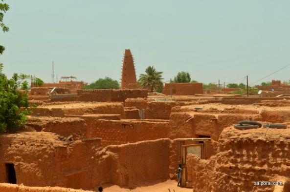 Minarete da mesquita se destacando na cidade