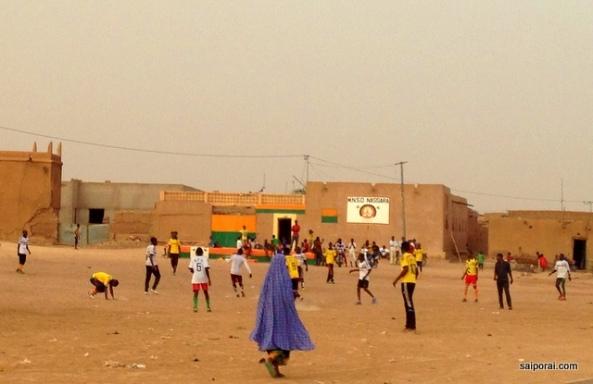 Futebol em um final de tarde na cidade velha de Agadez
