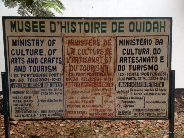 Placa em inglês, francês e português