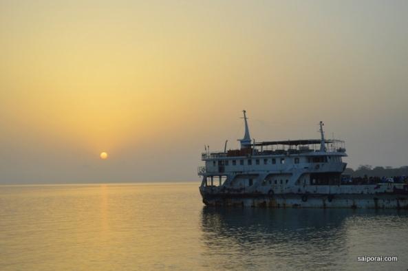 Sol nascendo no porto