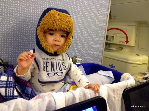 O berço no avião ajuda muito!