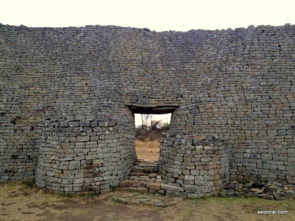 """Zim-Ba-Bwe : """"A Grande Casa de Pedra"""""""